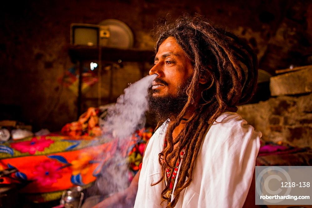 Holy man smoking, Jaipur, Rajasthan, India, Asia