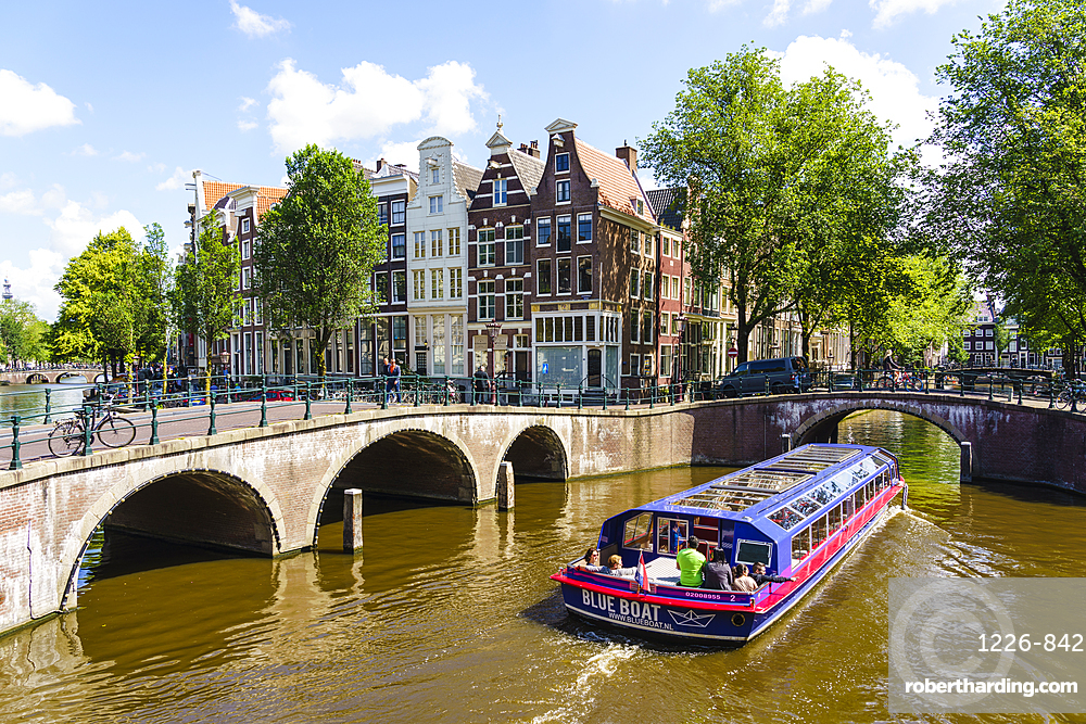 Tourist boat crossing Keisersgracht Canal, Amsterdam, North Holland, The Netherlands, Europe