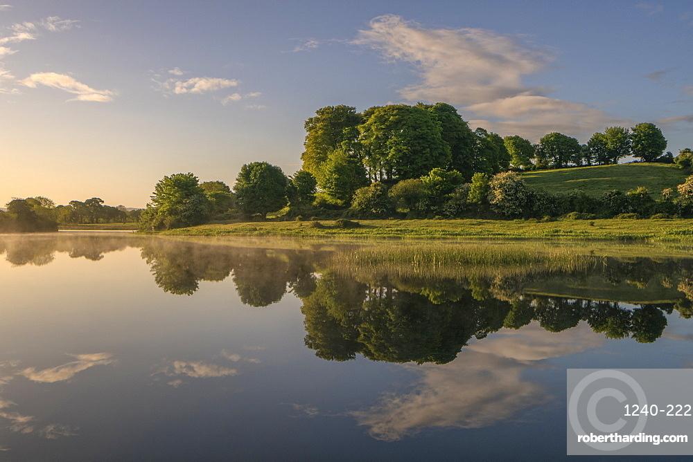 River Shannon near O'Briensbridge (O'Briens Bridge), County Clare, Munster, Republic of Ireland, Europe
