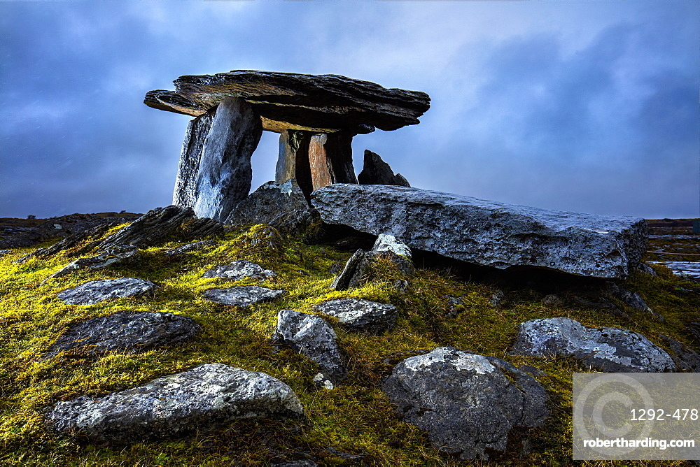 The Poulnabrone Dolmen, The Burren, County Clare, Munster, Republic of Ireland, Europe