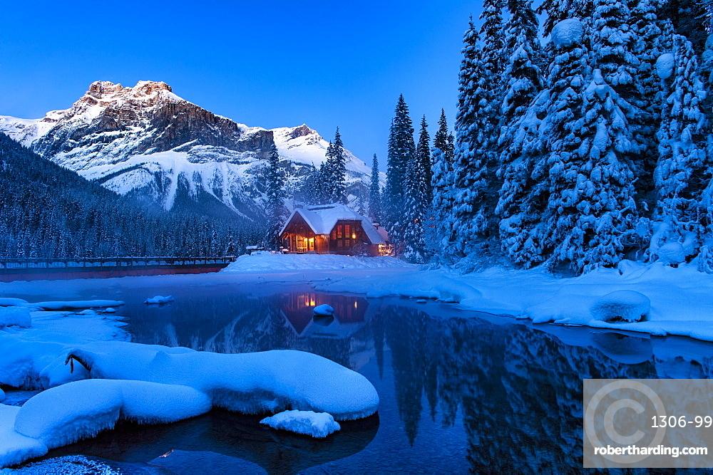Cilantro Lodge at Emerald Lake in winter, Emerald Lake, Yoho National Park, UNESCO World Heritage Site, British Columbia, Rocky Mountains, Canada, North America