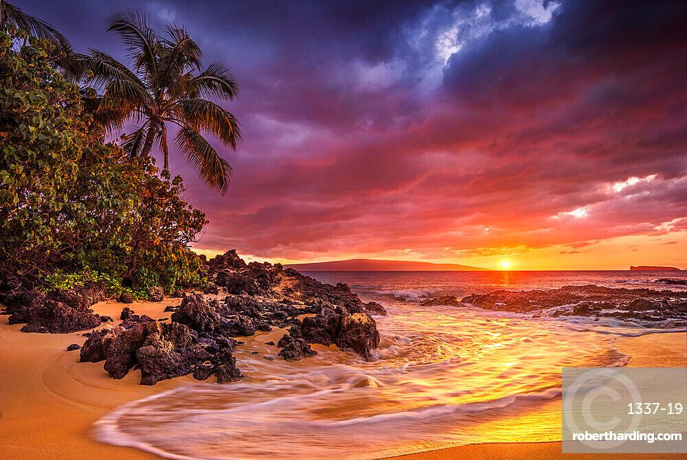 Sunset on the ocean at Pa'ako Beach (Secret Cove). Maui, Hawaii