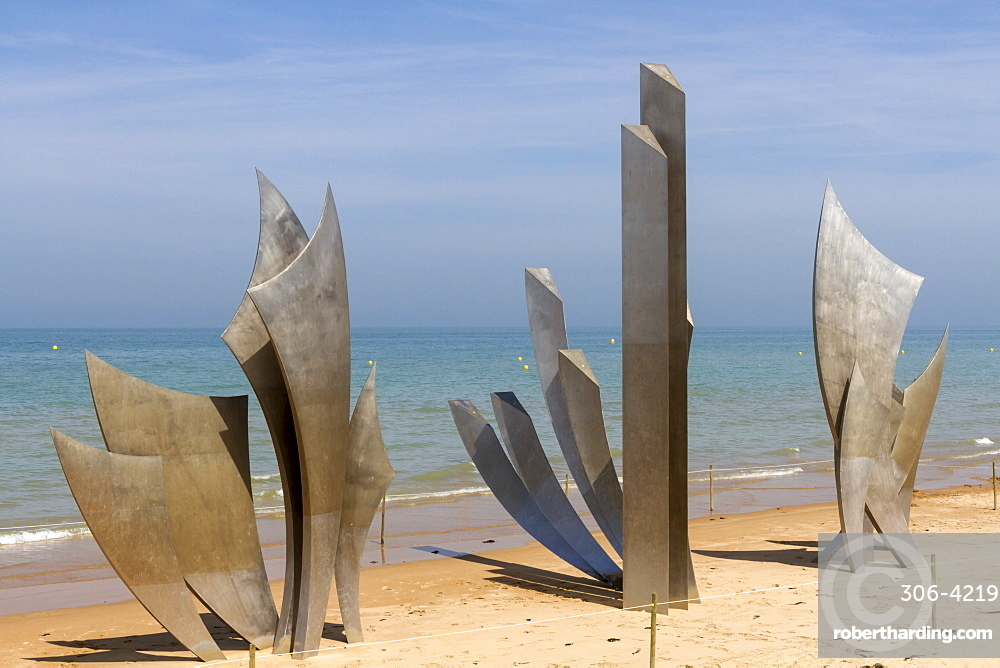 Sculpture Les Braves commemorating Allied soldiers who landed here on Omaha beach, D-Day 6th June 1944, Colleville-sur-Mer, Normandy, France, Europe