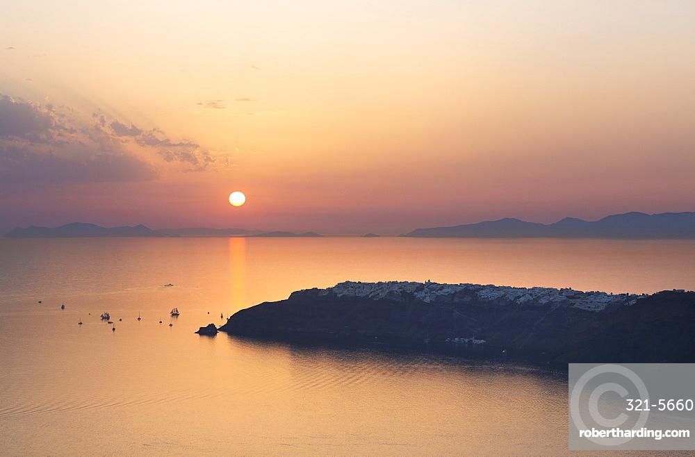 Sunset over Oia from Imerovigli, Santorini, Cyclades Islands, Greek Islands, Greece, Europe