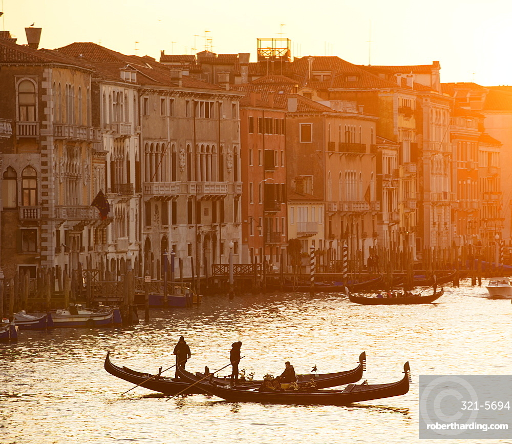 Two gondoliers in silhouette at sunset on the Grand Canal, from Rialto Bridge, Venice, UNESCO World Heritage Site, Veneto, Italy, Europe