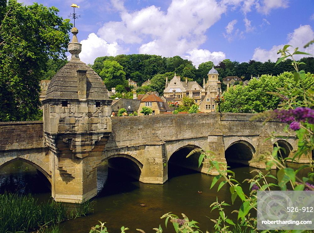 Old bridge and bridge chapel, Bradford-on-Avon, Wiltshire, England, UK, Europe