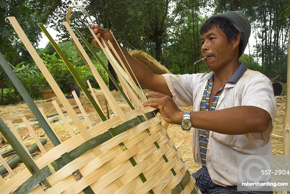 Local man crafting bamboo paniers by hand, village of Poattap Poap, Shan State, Myanmar (Burma) , Asia