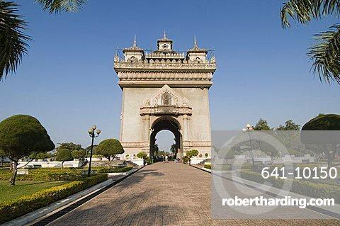 The Patuxai (Victory Gate) on Lan Xang Avenue, Vientiane, Laos, Indochina, Southeast Asia, Asia
