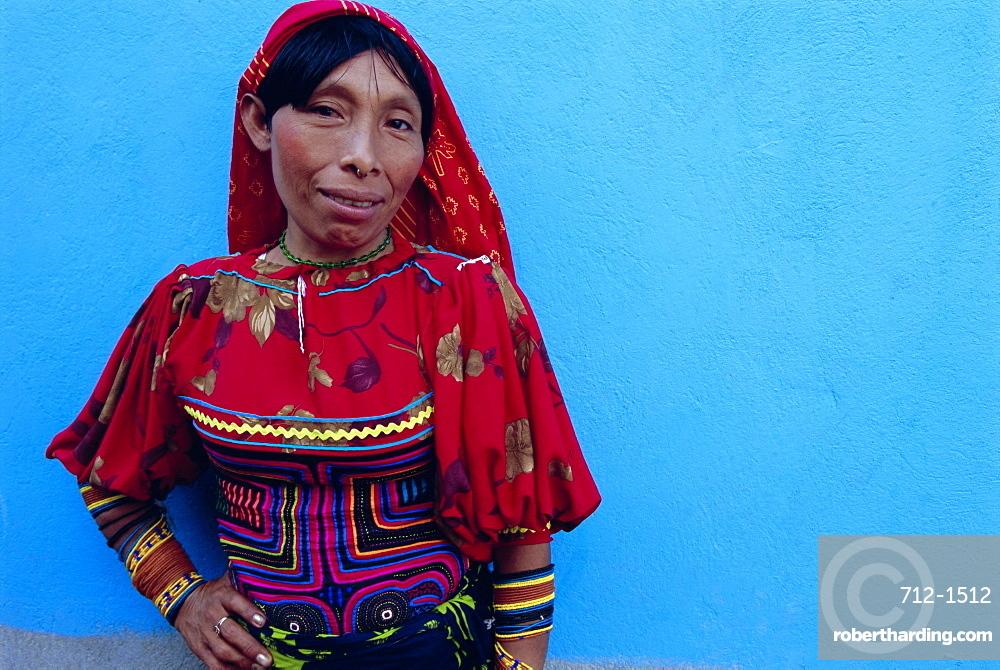 Cuna (Kuna) Indian woman, Mamardup village, Rio Sidra, San Blas archipelago, Panama, Central America
