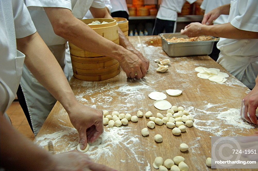 Making chinese ravioli (dim sum), Taipei, Taiwan, Republic of China, Asia
