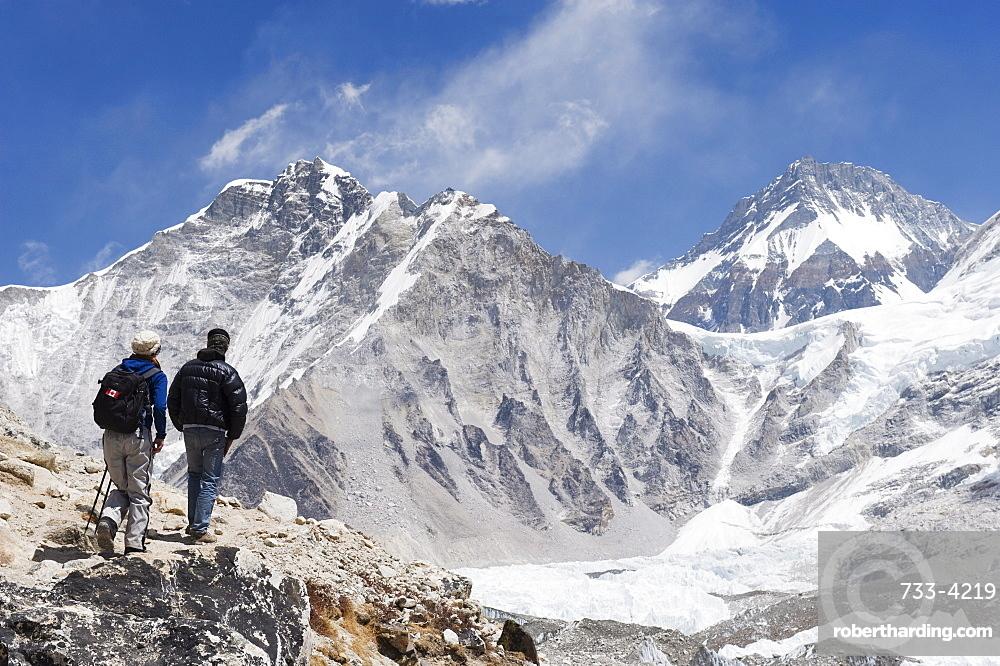 Trekkers looking at the Western Cwm glacier, Solu Khumbu Everest Region, Sagarmatha National Park, Himalayas, Nepal, Asia