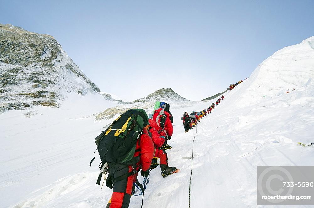 A line of climbers on the Lhotse Face, Mount Everest, Solu Khumbu Everest Region, Sagarmatha National Park, UNESCO World Heritage Site, Nepal, Himalayas, Asia