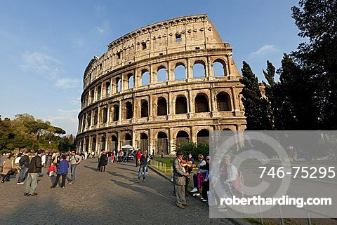 Daily life, the exterior of the Colosseum in Rome, Lazio, Italy, Europe, Europe