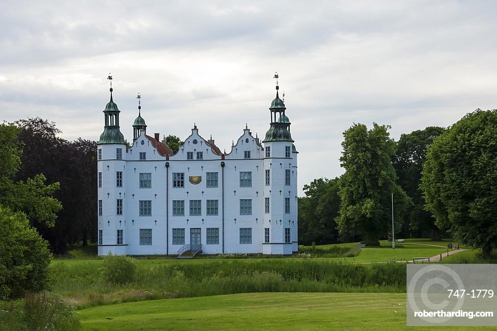 Schloss Ahrensburg, 16th century Herrenhaus, Renaissance architecture, Ahrensburg, Schleswig-Holstein, Geremany, Europe