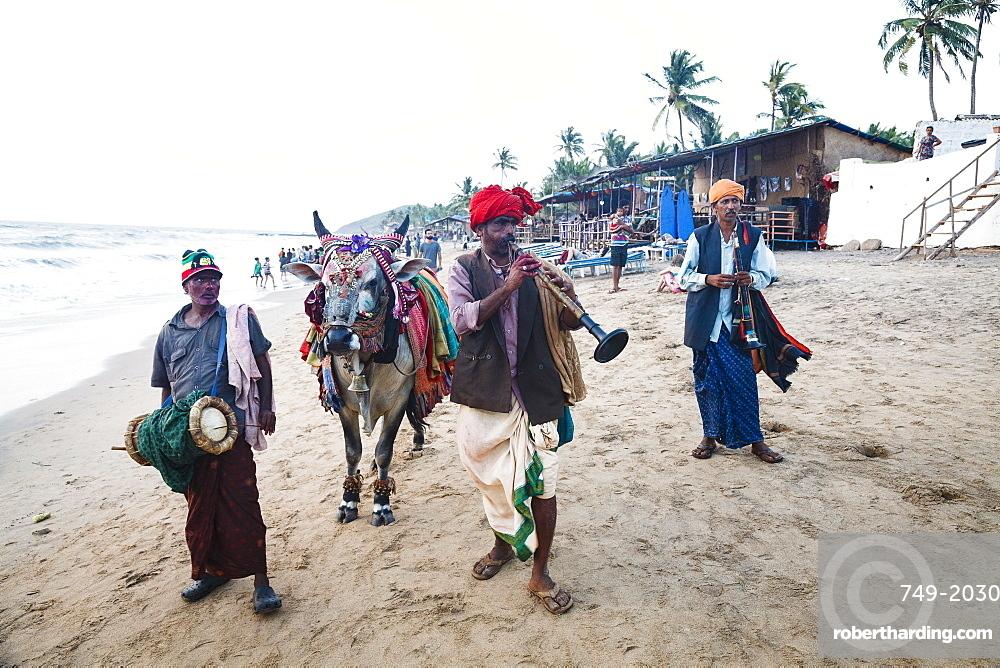 Performers on the beach, Goa, India, Asia