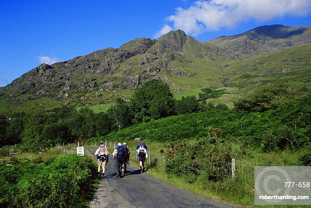 Hikers in Black Valley, Killarney region, County Kerry, Munster, Republic of Ireland, Europe