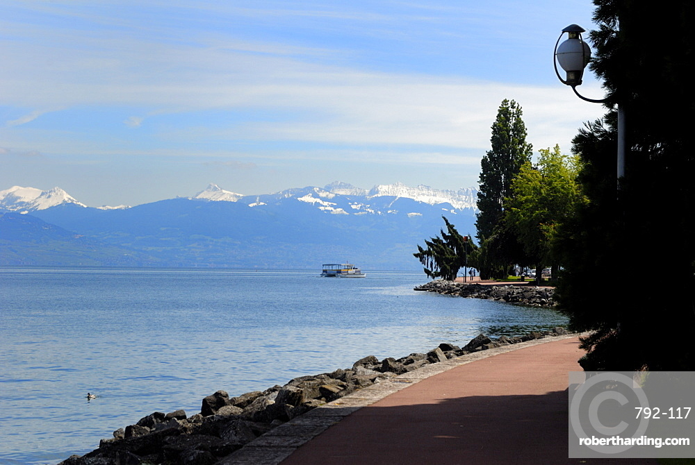 Lac Leman (Lake Geneva) looking from Quai Baron de Blonay, Evian-les Bains, Haute-Savoie, France, Europe