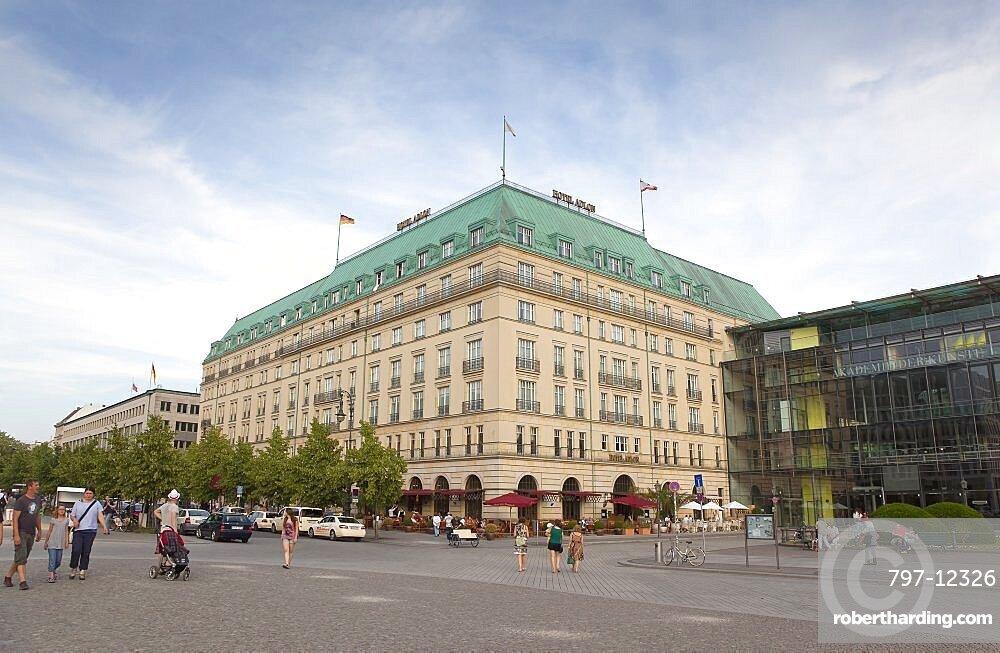 Germany, Berlin, Mitte, Hotel Adlon on the corner of Unter del Linden and Wilhelmstrasse.