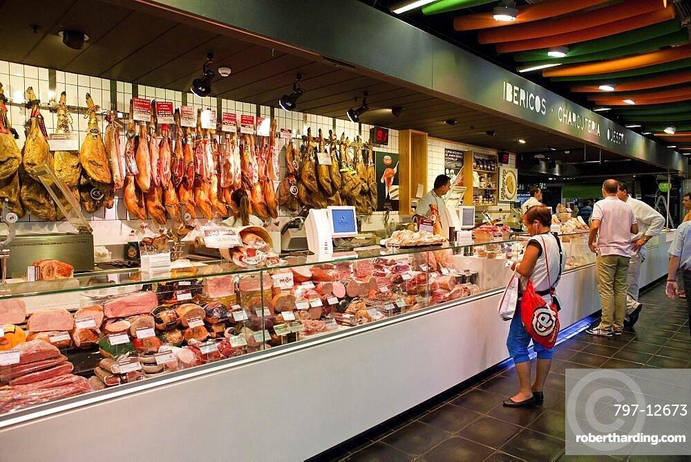 Spain, Madrid, Delicatessen in Mercado San Anton.