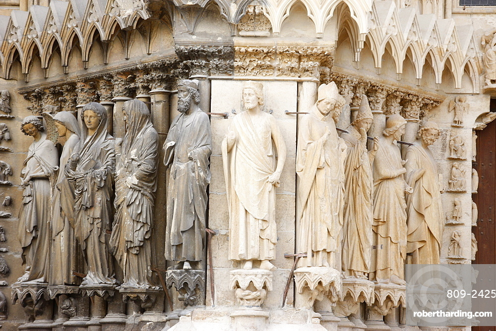 Statues on the west front of Reims cathedral, UNESCO World Heritage Site, Reims, Marne, France, Europe
