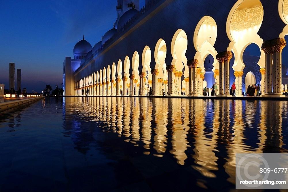 Sheikh Zayed Mosque at dusk, Abu Dhabi, United Arab Emirates, Middle East