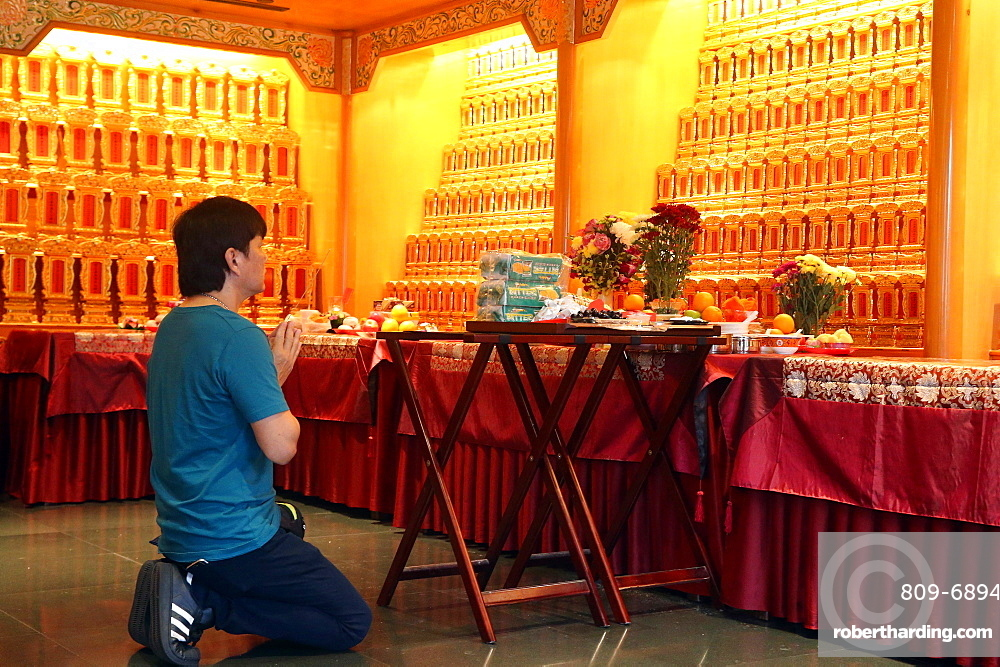 Ceremony in Ancenstral Hall, Buddha Tooth Relic Temple in Chinatown, Singapore, Southeast Asia, Asia