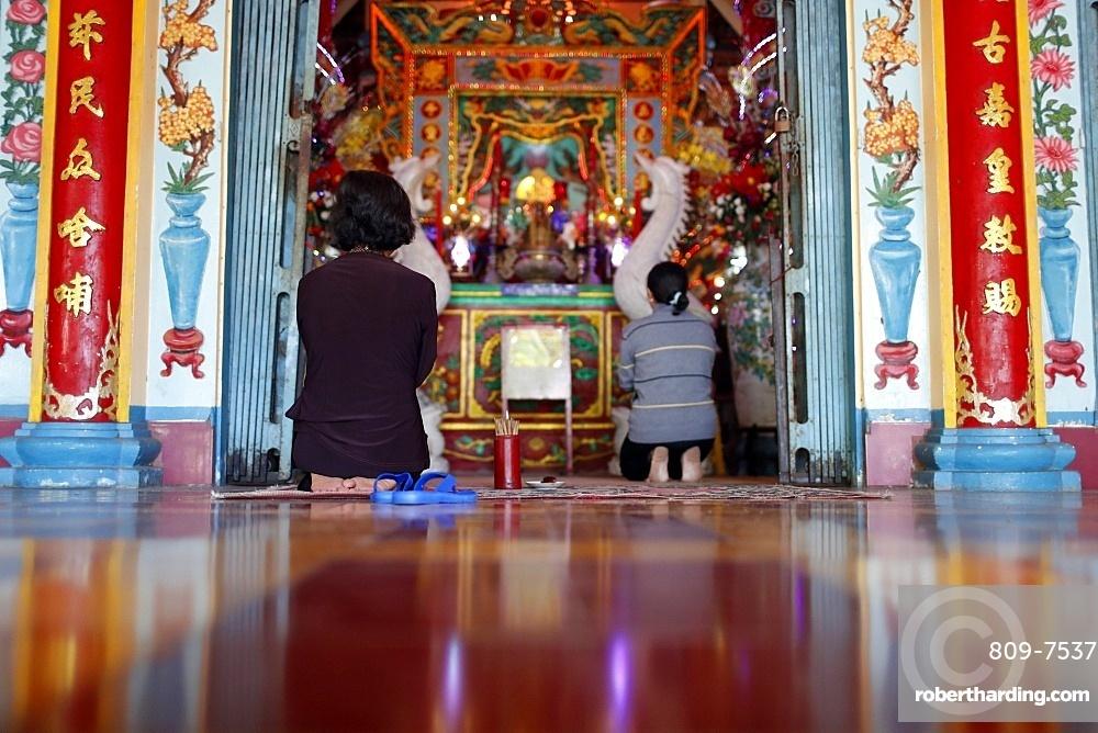 Women praying, Mieu Ba Ngu Hanh Buddhist temple, Vung Tau, Vietnam, Indochina, Southeast Asia, Asia