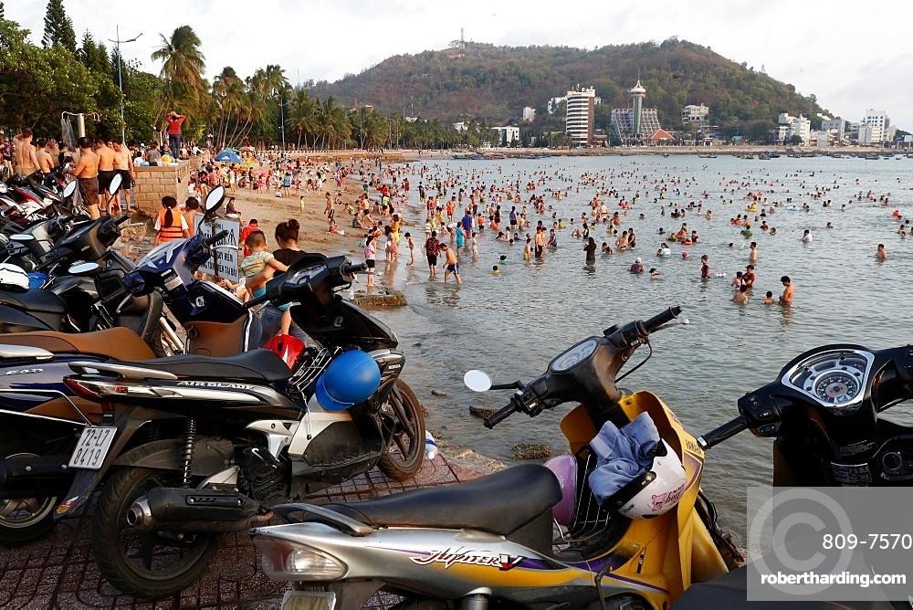 Sunday at the beach, Vietnamese families swimming in the South China Sea, Hang Dua Bay, Vung Tau, Vietnam, Indochina, Southeast Asia, Asia