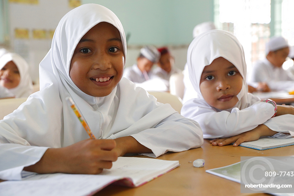Nurunnaim Mosque, Muslim children learning at Islamic school, Phnom Penh, Cambodia, Indochina, Southeast Asia, Asia
