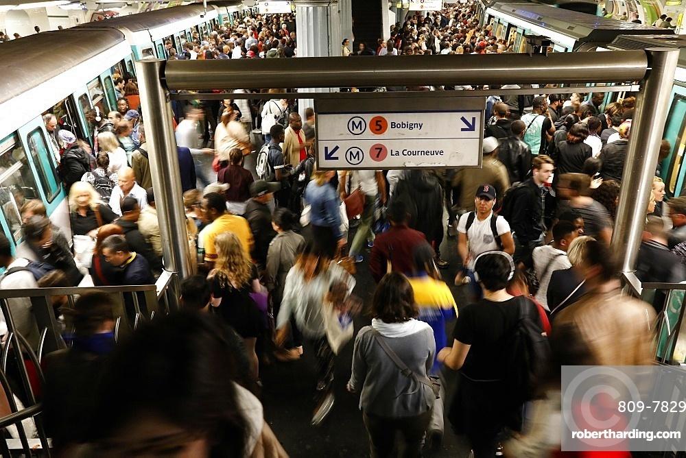 Rush hour in the Paris metro, Paris, France, Europe