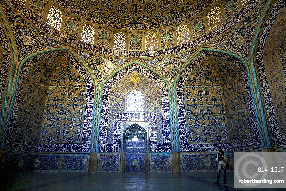 Inside the Sheikh Lotfollah Mosque, Isfahan, Iran, Middle East