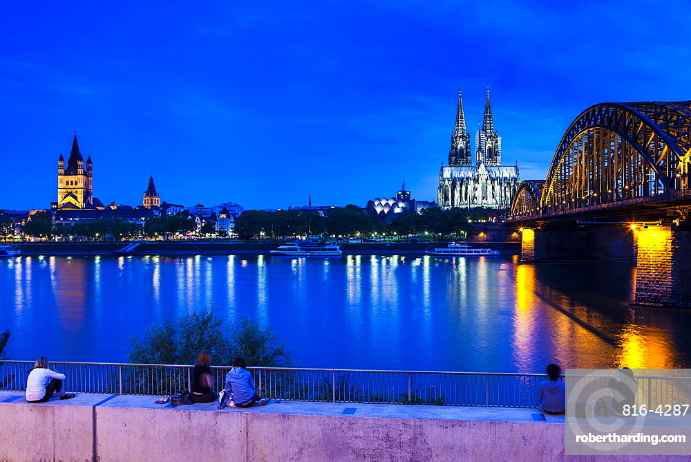Rhine bridge and Cathedral of Cologne above the River Rhine at night, Cologne, North Rhine bridge and Cathedral of Cologne above the River Rhine at night, Cologne, North Rhine-Westphalia, Germany, Europe