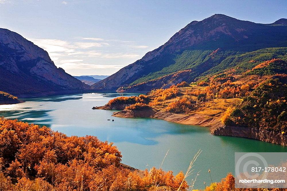 Embalse de Escales; Provincias de Huesca y Lerida; Argon y Cataluna; rio Noguera Ribagorzana; agua; paisaje; arboles; otono; montanas; laderas; exterior; exteriores; dia; color