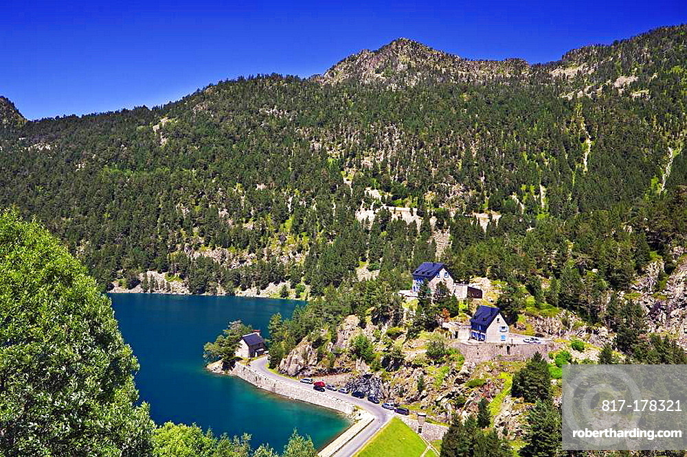Casas junto al Lago Oredon Reserva Natural de Neouvielle Pirineo frances Francia Europa