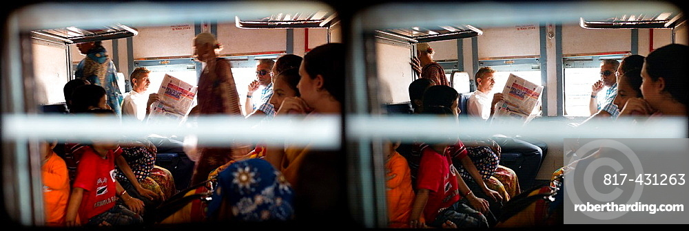 multiimagen de gente en el interior de un tren en India, Asia, Framing of people inside a train in India, Asia,