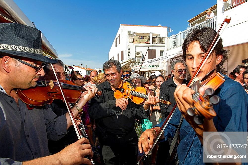 Europe, France, Bouche-du-Rhone, 13, Saintes-Marie-de-la-Mer, pilgrimage of gypsies  Gypsies musician playing violin during the procession of the black virgin