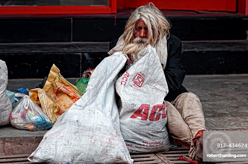 Elder man begging in the streets of Varanasi, Benares, Uttar Pradesh, India