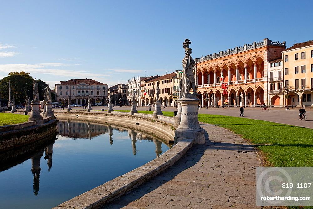 Prato della Valle, a 90000 square meter elliptical square in Padova, the largest square in Italy, Padua, Veneto, Italy, Europe
