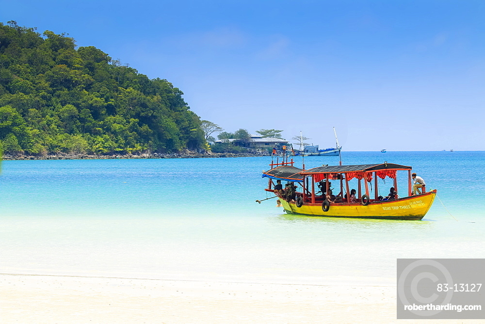 Tourist boat at Saracen Bay on this popular holiday island, Koh Rong Sanloem Island, Sihanoukville, Cambodia, Indochina, Southeast Asia, Asia