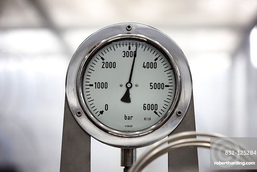 Pressure gauge, above 3000 bar, cold-cutting process with high pressure water jet technology, test series in the Underwater Technology Centre at the Leibniz University Hannover, manufacture of bone screws for medical applications, with over 3000 bar press