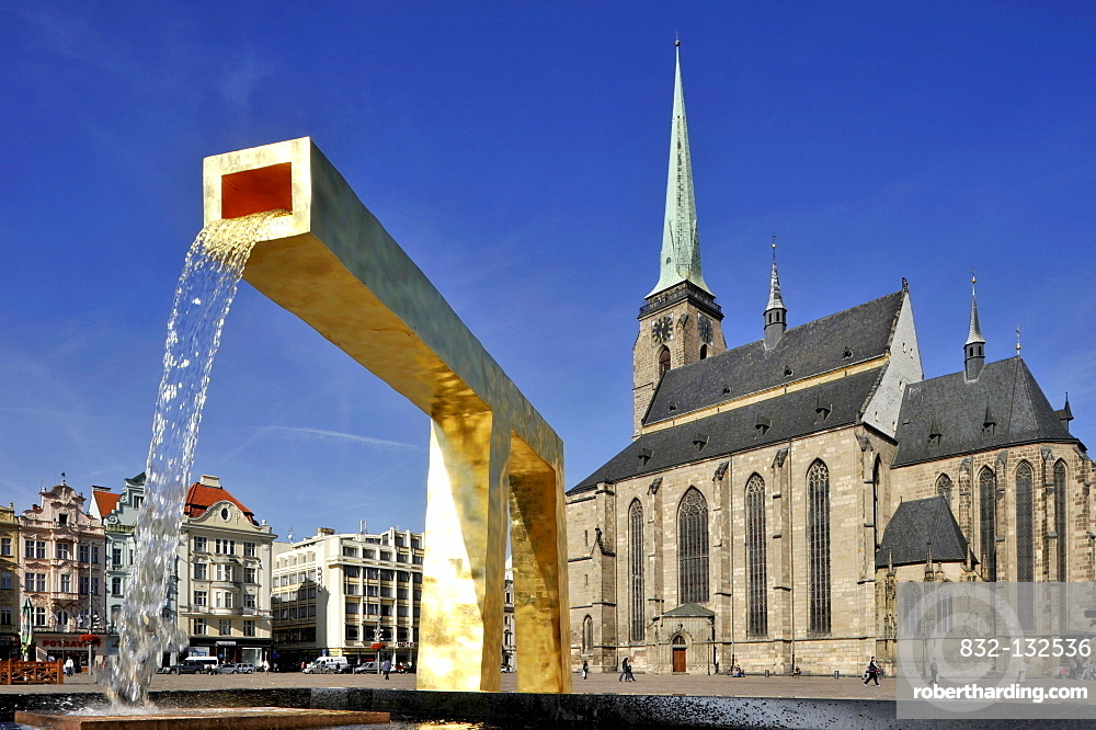 Fountain, Cathedral of St. Bartholomew, Republic Square, Pilsen, Bohemia, Czech Republic, Europe