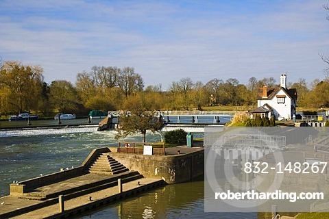 Goring Lock and Weir on the River Thames at the Goring Gap in the Chiltern Hills, Goring On Thames, Oxfordshire, England, United Kingdom, Europe