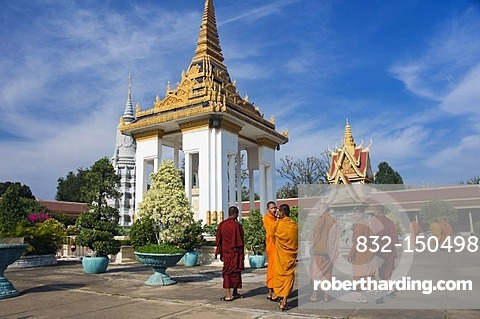Buddhist monks in the Royal Palace, Phnom Penh, Cambodia, Indochina, Southeast Asia, Asia