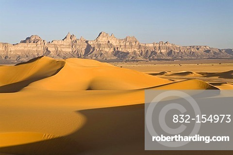 Sand dunes in front of the Idinen mountains in the Libyan desert, Libya, Sahara, North Africa, Africa