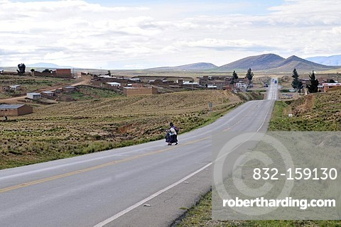 Highway in the Bolivian Altiplano highlands, Departamento Oruro, Bolivia, South America