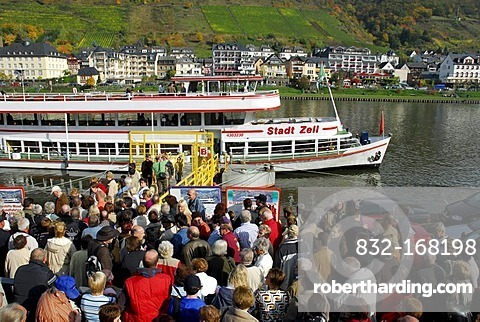 Excursion ship on the promenade, Cochem an der Mosel, Rhineland-Palatinate, Germany, Europe