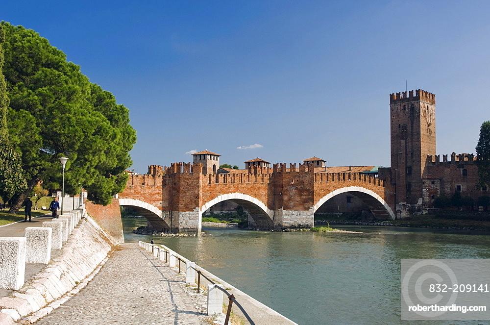 Ponte Scaligero or Castelvecchio Bridge over the Adige River, Castelvecchio, Verona, Veneto, Italy, Europe