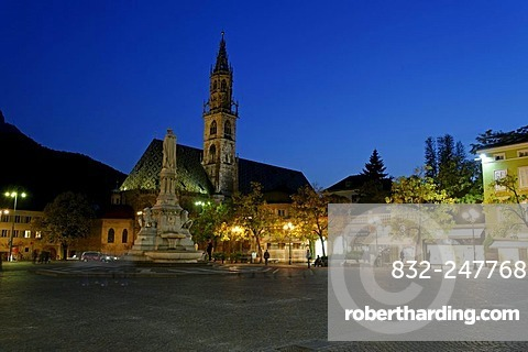 Memorial to Walter von der Vogelweide in front of the Cathedral of the Assumption, Walterplatz, Walter square, Bolzano, Bozen, Alto Adige, Italy, Europe