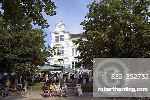 People in front of an ice cream parlour in a villa, Zinnowitz, Usedom, Baltic Sea, Mecklenburg-Western Pomerania, Germany, Europe
