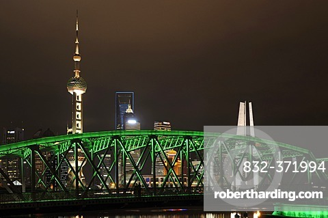 Waibaidu Bridge, Oriental Pearl Tower, skyline on the Bund promenade, Huangpu River, Shanghai, China, Asia